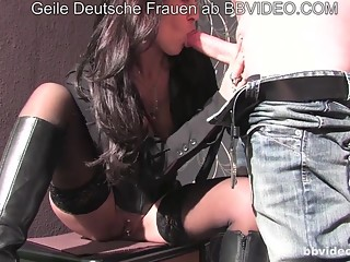 Versaute Hausfrauen - Brunette German MILF fucks amateurs