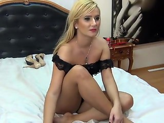 Sexy blonde with a fine ass poses in her lingerie on live w