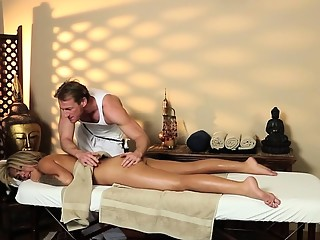 Blonde babe bangs masseur