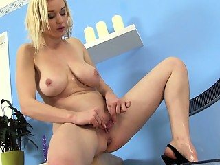 Piss fetish sexy blonde loves golden shower
