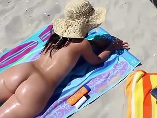 Coroa gostosa pelada na praia - Big ass MILF naked on a beach
